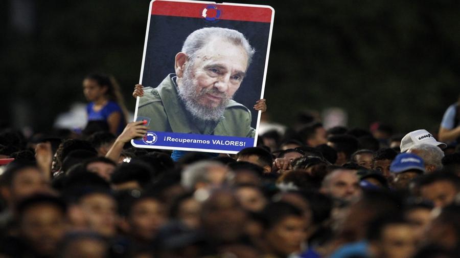 Photo of کیوبا میں ہزاروں افراد کا فیدل کاسترو کو خراج عقیدت