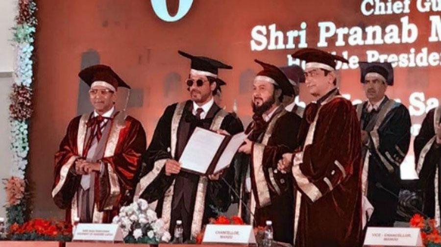 Photo of شاہ رخ کو اردو زبان کی ترویج پرڈاکٹریٹ کی اعزازی ڈگری سے نواز دیا گیا