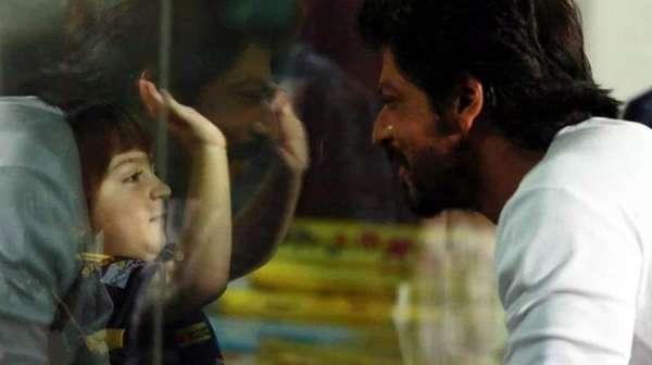 Photo of بالی ووڈ سٹار شاہ رخ خان کا بیٹے کو انوکھا تحفہ پیش کر دیا