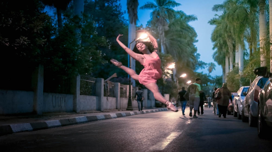 Photo of قاہرہ کی سڑکوں پر رقصاں خواتین بیلے ڈانسرز