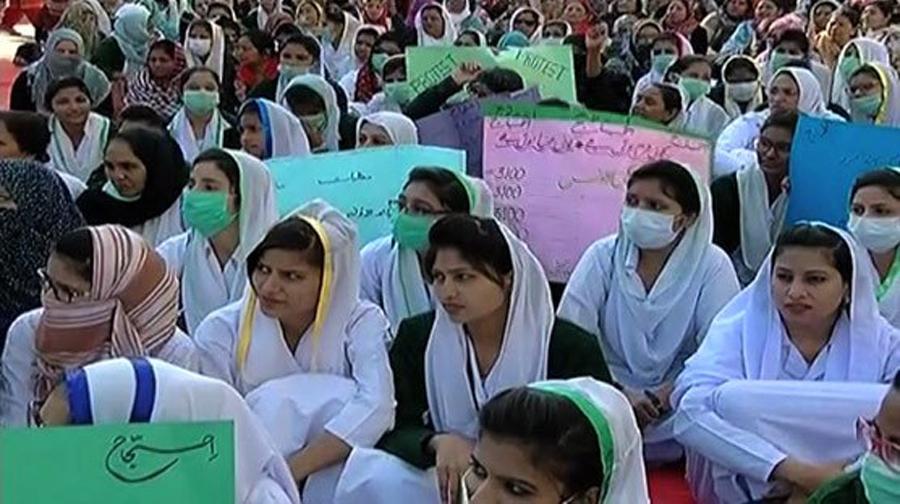 Photo of مطالبات کی منظوری کے لیے نرسوں کا احتجاج