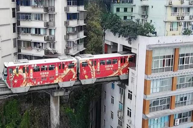 Photo of چین میں ٹرین کے گزرنے کیلئے عمارت کے اندر انوکھا ٹریک بنا لیا گیا