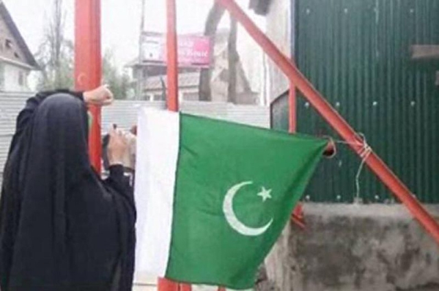 Photo of یوم پاکستان، سرینگر میں بھی قومی پرچم لہرا دیا گیا