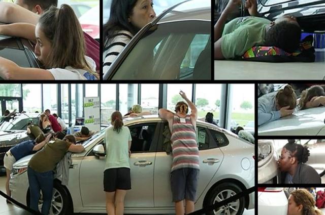 Photo of گاڑیوں کو چومنے کا مقابلہ، مسلسل 50 گھنٹے تک گاڑی سے بوس و کنار کرنیوالی خاتون کار جیت گئی