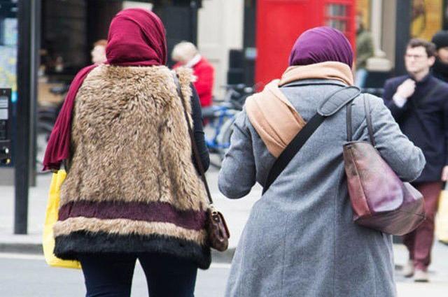 Photo of لندن کے ریلوے اسٹیشن پر مسلم خاتون کا اسکارف اتارنے کی کوشش