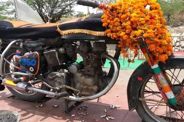 Photo of بھارتی عوام نے موٹرسائیکل کی پوجا بھی شروع کر دی