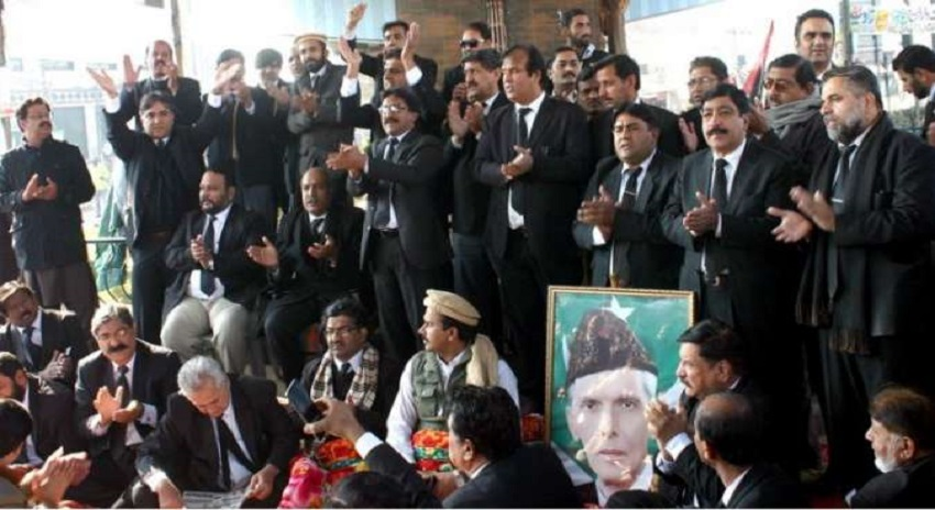 Photo of عدالتوں کی منتقلی، مقدمات کے اندراج کیخلاف وکلاء کا تیسرے روز بھی دھرنا، عدالتی بائیکاٹ