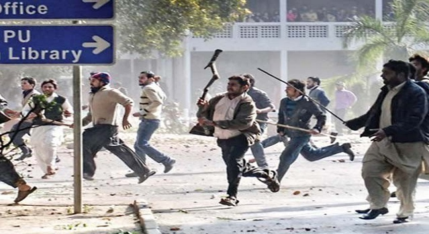 Photo of پنجاب یونیورسٹی میں دو طلبہ تنظیموں میں تصادم، شعبہ الیکٹریکل کو آگ لگا دی گئی