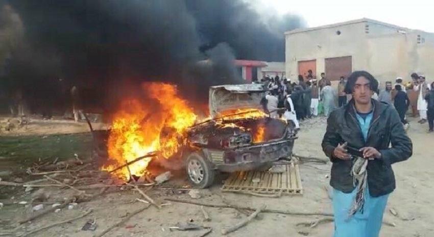 Photo of ڈی آئی خان، مظاہرین نے ملزمان کے گھر کو نذرآتش کر دیا