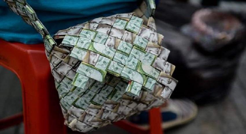 Photo of امیر ملک کی سڑکوں پہ بکھری کرنسی، لوگ ڈیکوریشن پیس بنانے لگے