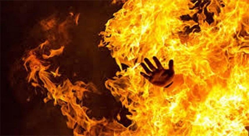 Photo of نشے میں دھت پولیس افسر نے بہن اور پڑوسن پہ پٹرول چھڑک کر آگ لگادی