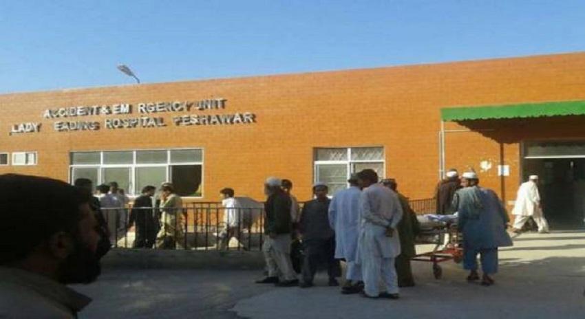 Photo of پشاور میں ڈاکٹر نے نومولود بچے کا گلا کاٹ دیا، بچہ جاں بحق، ورثا کا احتجاج
