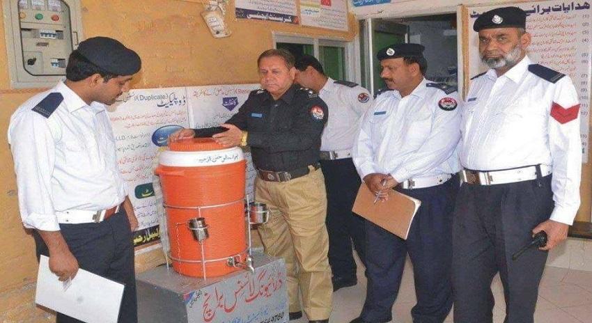 Photo of ڈسٹرکٹ پولیس آفیسر نے دفتر میں ایسی چیز کا افتتاح کردیا کہ سوشل میڈیا پہ تنقید کا سیلاب امڈ پڑا