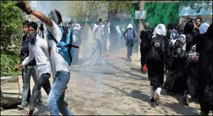Photo of بھارتی دہشتگردی کے خلاف سیکڑوں طلبا کا مظاہرہ، فوجی چوکی کو آگ لگا دی