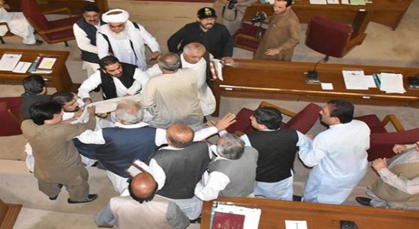 Photo of بلوچستان اسمبلی میں شدید ہنگامہ آرائی، سرفراز بگٹی پشونخوا میپ کے ارکان سے لڑ پڑے