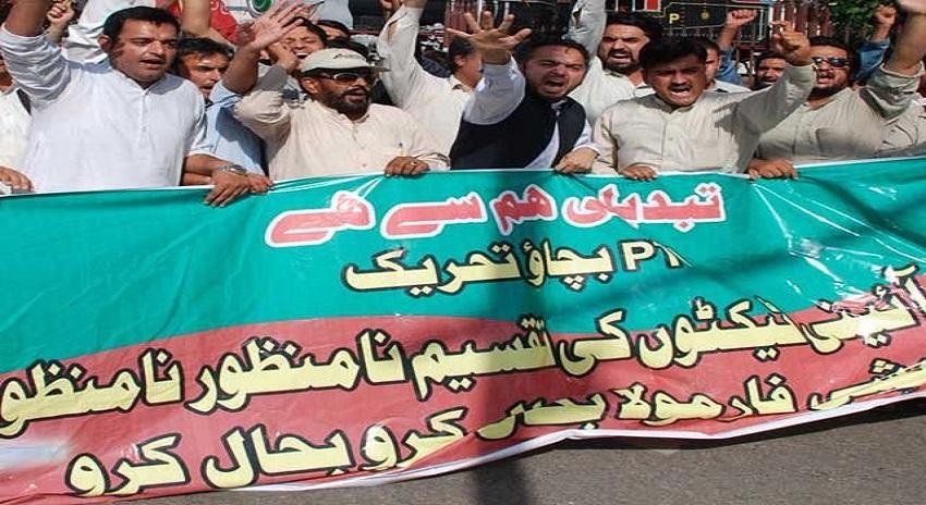 Photo of پی ٹی آئی کارکنوں کا عمران خان اور شاہ محمود کے گھروں کے باہر احتجاج