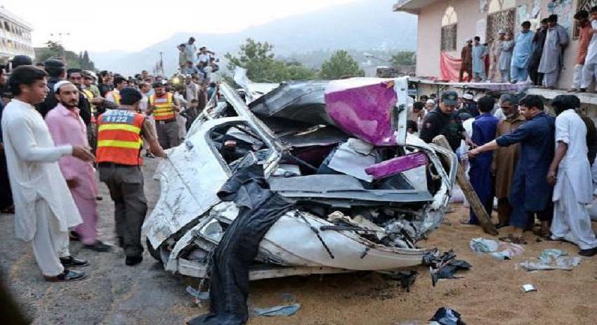 Photo of اٹک؛ وین اور ٹرک میں خوفناک تصادم، وین میں آگ لگنے سے 8 افرادجھلس کر جاں بحق،6 زخمی