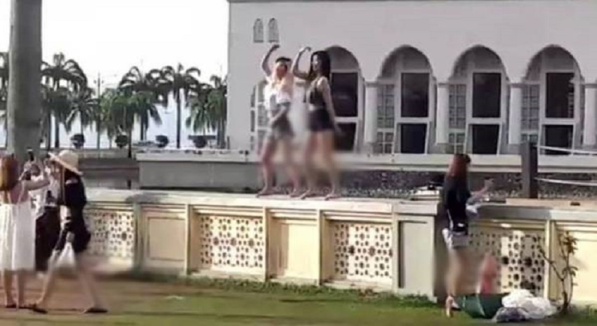 Photo of ملائیشیا میں مسجد کے با ہر خاتون سیاحوں نے ایسی شرمناک حرکت کردی کہ جان کر آپ بھی غصے سے لال ہو جائیں گے