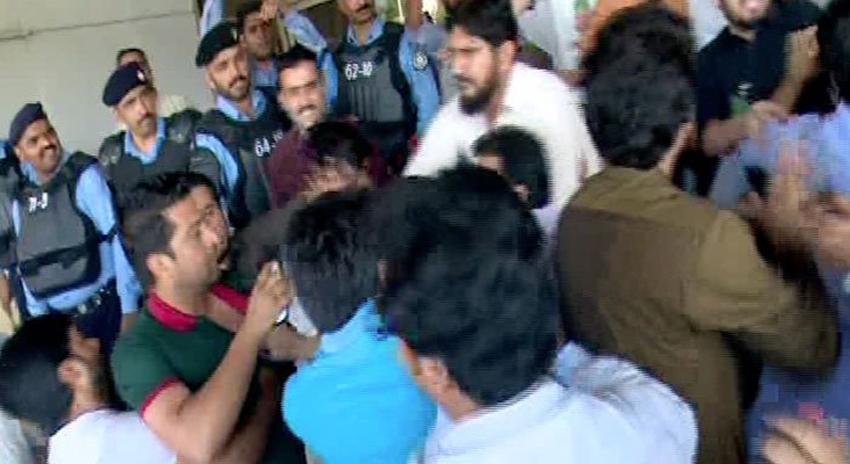 Photo of تحریک انصاف کے ورکرز کنونشن میں بدنظمی، پی ٹی آئی کارکنوں کا صحافیوں پر بھی تشدد