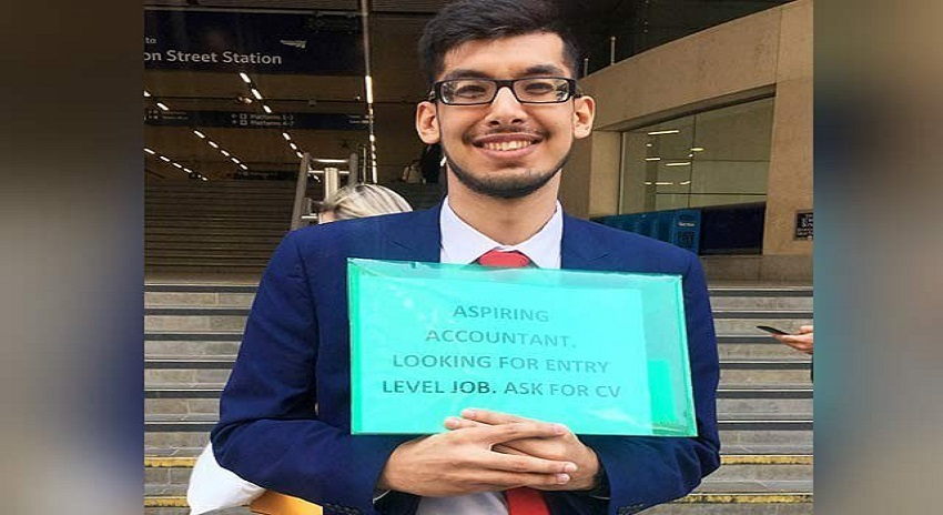 Photo of سڑک پر سی وی بانٹنے والے نوجوان کو صرف دو دن میں ملازمت مل گئی