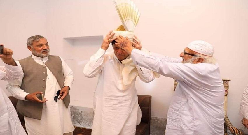 Photo of پیر حمید الدین سیالوی نے عمران خان کو پگڑی پہنا کر پنجاب کی سیاست کا نقشہ بدل ڈالا، اب تک کی سب سے بڑی خبر