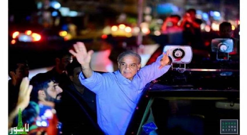 "Photo of ""میٹرو بس میں بیٹھے مسافر نے مجھے یہ اشارہ کیا تو میں سمجھ گیا کہ ۔۔"" شہبازشریف کو مسافر نے کیا اشارہ کیا ؟ جان کر عمران خان بھی حیران رہ جائیں گے"