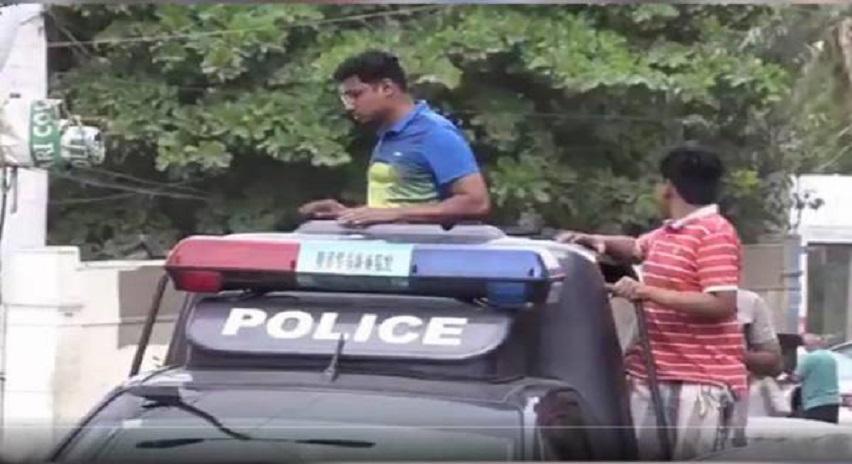Photo of بچوں کے پولیس موبائل چلانے کی ویڈیو وائرل ہونے پر ڈی ایس پی ماڑی پور معطل