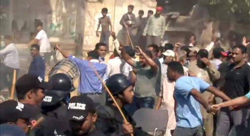 Photo of کراچی، پاکستان کوارٹرز کے رہائشیوں اور پولیس میں مڈ بھیڑ، 6 اہلکاروں سمیت 16 افراد زخمی