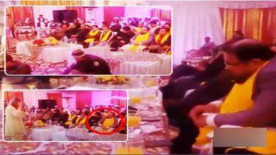 Photo of مفتی عبد القوی گلوکارہ پر پیسے نچھاور کرتے ہوئے پکڑے گئے، ویڈیو نے سوشل میڈیا پر تہلکہ مچا دیا