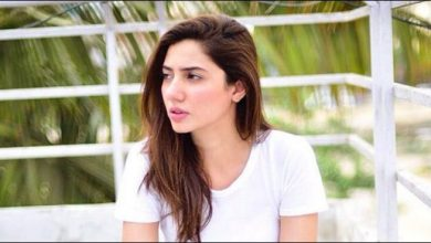 لاہور: بین الاقوامی شہرتِ یافتہ پاکستانی اداکارہ ماہرہ خان می ٹو کے غلط استعمال پر پھٹ پڑیں۔ سماجی رابطے کی ویب سائٹ پر ماہرہ خان نے ٹویٹ کیا کہ ''مجھے اس بات پر شدید غصہ آتا اور میرا خون کھولتا ہے کہ ایک آدمی پر ہراسانی کا غلط الزام لگایا جائے اور وہ خودکشی کرلے جبکہ زیادتی کرنے والا شخص آزاد گھومتا رہے''۔ اُن کا کہنا تھا کہ جنسی ہراسانی کے لیے چلائی جانے والی مہم می ٹو کے غلط استعمال کی وجہ سے انصاف میں تاخیر ہوتی ہے جس کا نتیجہ موت کی صورت میں سامنے آتا ہے۔ یاد رہے کہ گزشتہ دنوں ایم اے او کالج لاہور کے پروفیسر محمد افضل پر طالبہ نے جنسی ہراساں کرنے کا الزام عائد کیا تھا جس کے بعد انہوں نے ایک خط تحریر کر کے خودکشی کرلی تھی۔ کالج لیکچرار نے اپنی بے گناہی کے ثبوت تحقیقاتی ٹیم کو ملنے اور این او سی جاری نہ ہونے پر خودکشی کی تھی، تحقیقاتی کمیٹی نے غلط الزام ہونے کے باوجود لیٹر جاری نہیں کیا تھا۔ ذرائع کا کہنا تھا کہ تحقیقاتی افسر نے رپورٹ میں لیکچرار افضل کو الزامات سے بری قرار دیا تھا مگر اُس کو بروقت شائع نہیں کیا جاسکا اور نہ ہی پرنسپل نے لیکچرار کی بے گناہی کا باضابطہ اعلان کیا تھا۔ شعبہ انگریزی کے پروفیسر کو تین ماہ تک کلیئرنس لیٹر جاری نہیں ہوا اور وہ روز ہی اپنی بےگناہی کی بھیک مانگنے ٹیم کے سامنے پیش ہوتے تھے مگر کسی کے کان پر جوں تک نہ رینگی جس کے بعد انہوں نے تھک ہار کر اپنی زندگی کا خاتمہ کیا۔
