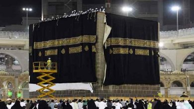 Photo of سونے، چاندی کے تاروں اور خالص ریشم سے تیار کردہ غلاف کعبہ کو نماز فجرکے بعد تبدیل